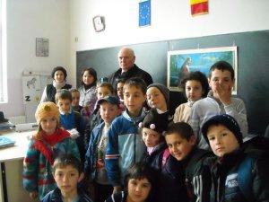 elevi din Seini cu preotul poet Gheorghe Pop de Seini si invatatoarea lor