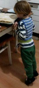 Calinic inspectand prajitura lui Rozi_foto_Amza