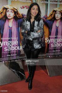 """de Alexandru JURCAN În anul 2008, premiul Goncourt a revenit scriitorului franco-afgan Atiq Rahimi pentru romanul Syngué sabour/Pierre de patience/Piatra răbdării. În 2012 apare filmul cu același titlu, regizat de însuși Rahimi – un film minimalist, senzual, debordant, iar actrița Golshifteh Farahani e absolut uluitoare în rolul soției, care stă lângă soțul ei aflat într-o stare vegetativă, după ce a fost împușcat în ceafă. Se spune că dacă povestești unui pietre toate frustrările, la sfârșit piatra explodează, se fărâmițează. Dar dacă nevasta îi spune soțului toate secretele ei ascunse? Afganistanul e deșirat de război. O stare de neliniște, de nesiguranță. Lipsa apei, a căldurii. Împușcături, geamuri sparte. Soțul zace imobilizat. Femeia îl îngrijește, merge la adăpost cu cele două fetițe, mai trece pe la mătușa care o sfătuiește și o apără. Ea revine la căpătâiul soțului și îi povestește în neștire viața ei, lipsa de iubire, deoarece bărbatul războinic trăia pentru a fi erou, iar nevasta era """"o bucată de carne"""". Ea știe că """"dacă vei trăi, vei redeveni același animal"""", pentru că """"aceia care nu știu face dragoste, fac război"""". Uneori ea se revoltă, scoate perfuzia și pleacă, dar revine dependentă de mărturisirea totală, deoarece """"de când e bolnav și îi povestesc totul, mă simt eliberată"""". Soldatul bâlbâit care apare în viața ei e o victimă a războiului, dar și o rază de umanitate în viața femeii. O posibilă iubire. Apoi soțul se trezește, precum piatra saturată de secrete intime. Nu devoalez finalul, pe care l-aș fi dorit altfel, cu toate că nici nu mai contează după epicul incendiar, după monologul halucinant, care include o epocă în toată complexitatea ei. Soțul devine un pretext, un posibil psihiatru necesar."""
